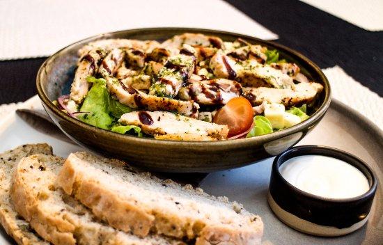 Eldsto Art Cafe & Restaurant: Chicken Salad and homemade bread