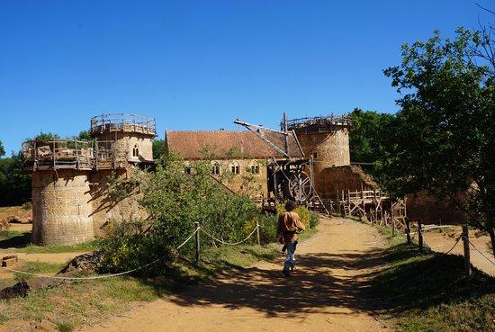 Chantier Medieval de Guedelon: vue d'ensemble du château en Mai 2017
