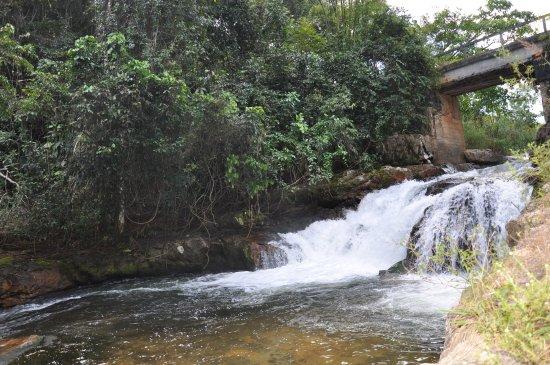 Pousada Sao Pedro do Sana: cachoeira perto da pousada