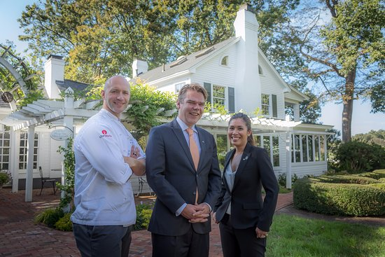 Pittsboro, Karolina Północna: Executive Chef Colin Bedford, Maitre'D Joris Haarhuis, and Beverage Director Paula de Pano