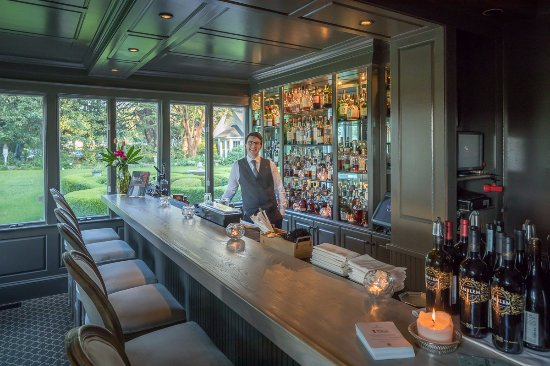 Pittsboro, Karolina Północna: Bartender Watson at The Fearrington House Restaurant's bar