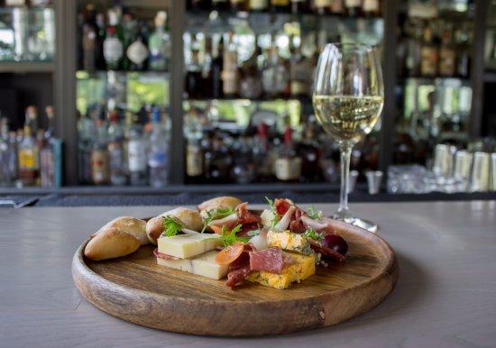 Pittsboro, Karolina Północna: Cheese and Charcuterie plate from The Fearrington House Restaurant bar menu
