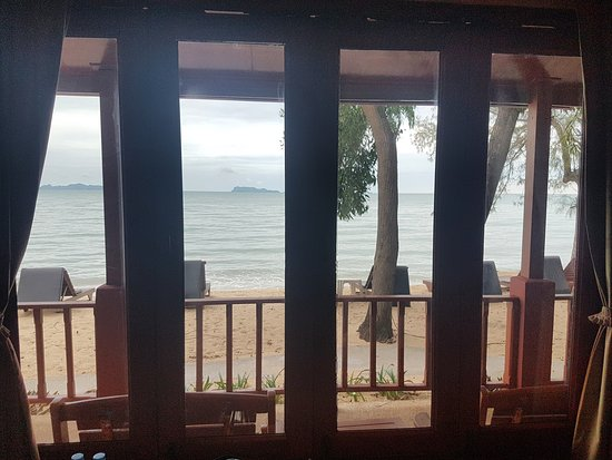 Lipa Noi, Thailand: View front room straight out onto beach