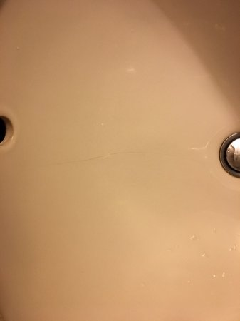 Jackpot, NV: Cracked sink in room