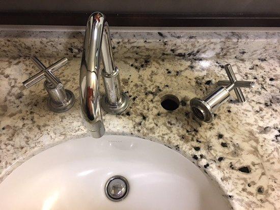 Τζάκποτ, Νεβάδα: Cold water faucet fell off at 2:30am!