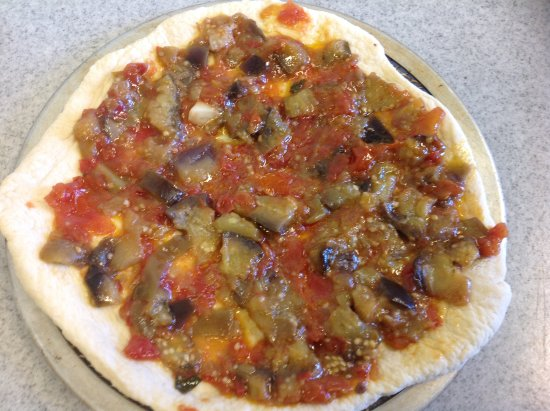 Netcong, Нью-Джерси: (Maria's) Eggplant caponata pizza ready for the oven