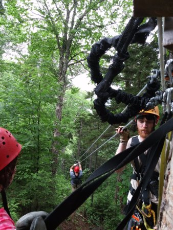 Bretton Woods, Nueva Hampshire: Taken from tree platform. One person just starting the zip.