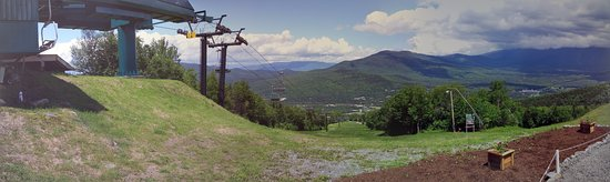 Bretton Woods, Nueva Hampshire: You ride chairlift to the top before you start the zip tour. Beautiful view!