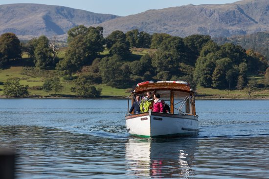 Bowness-on-Windermere, UK: Traditional wooden launch on the Green Cruise (Ambleside > Wray Castle > Brockhole > Ambleside)
