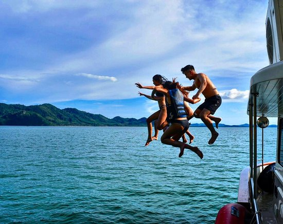 Chalong, Tajlandia: The family that jumps together stays together ;)