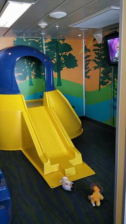 Tsawwassen, Canadá: Kids play area in a dry, temperate carpeted room with wall mounted TV