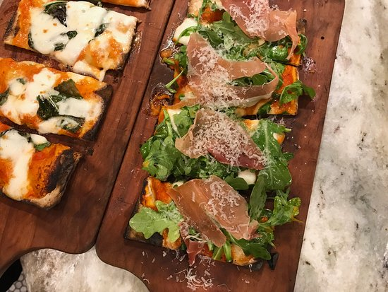 Wayne, Pensylwania: wood-fired flatbread (margherita & napoletana)