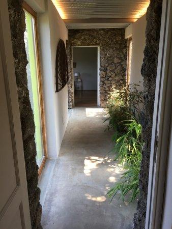 Zafferana Etnea, Italien: Hall from bedroom to living room.