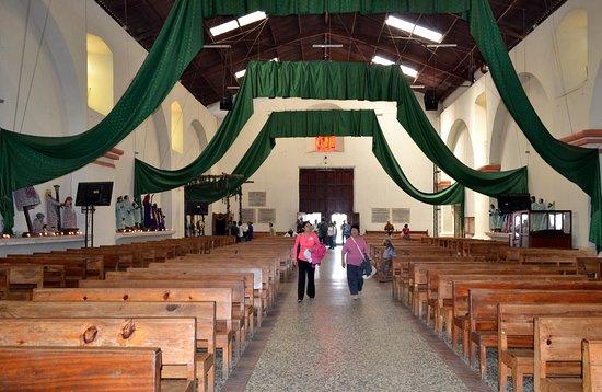 Santiago Atitlan, Guatemala: Iglesia católica Santiago Apóstol (nave central y puerta de acceso)