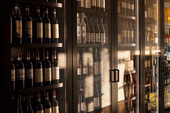 Wil, Schweiz: Vino- Wall (Spezialanfertigung von Firma Buob)gefüllt mit schönen Tropfen von Caratello und Mart