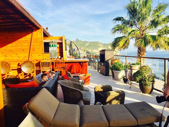 Avila Beach, CA: Amazing sundeck ,complimentary guest reception,why stay  In just hotel room ? Complimentary Coff