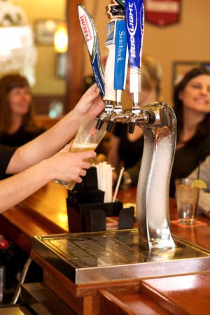 Malone, Нью-Йорк: Fresh and crisp draft beer from our Polar Ice Tap!