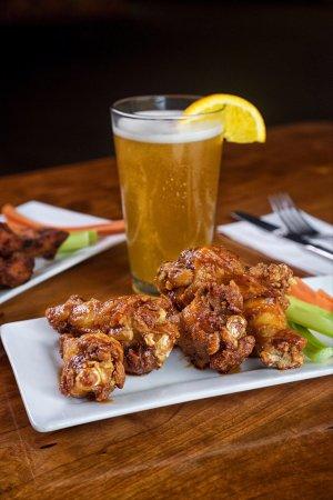 Malone, Нью-Йорк: Wings, beer, sports.