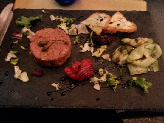 Altopascio, Italy: tartara di manzo battuta al coltello con cipolla caramellata