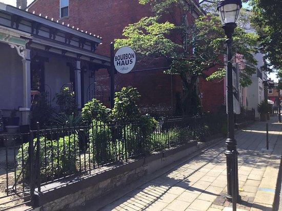 โควิงตัน, เคนตั๊กกี้: Bourbon Haus 1841