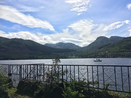 Lochgoilhead, UK: One of the fair weather days.  View across the Loch from the seating area in Westerings garden