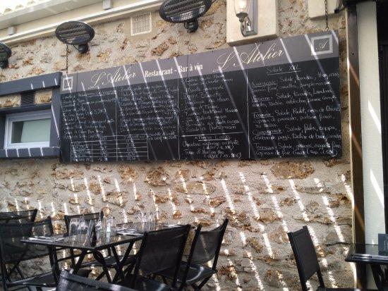 Saint-Fargeau-Ponthierry, Francia: la terrasse avec le menu affiché