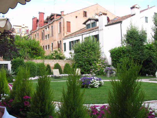 ‪‪HOTEL OLIMPIA Venice‬: The garden where you can enjoy a drink or breakfast or just relaxing.‬