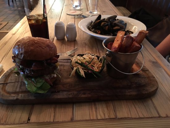 Killearn, UK: 6oz burger and mussels.