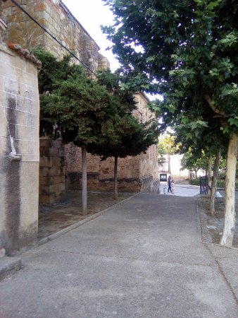 Monroy, Spain: The plaza beside the church is very pleasant