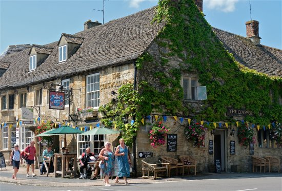 Cotswold Arms : The view from the high street