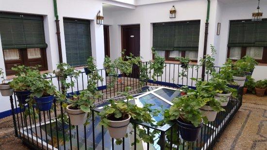 Casa Banos de la Villa: Patio donde están las habitaciones.