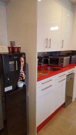 Casa Banos de la Villa: Máquina de cafés, leche..etc. Microondas