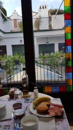 Casa Banos de la Villa: Vistas patio interior desayunando.
