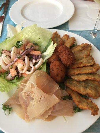 Santa Caterina, Italia: Antipasto crocchette di polpo, pesce spada e insalata di mare ..