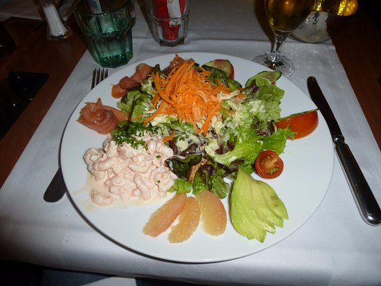 Nyon, Szwajcaria: The signature 'Salade Debarcadere' - Smoked Salmon with Shrimps in white Mayonnaise