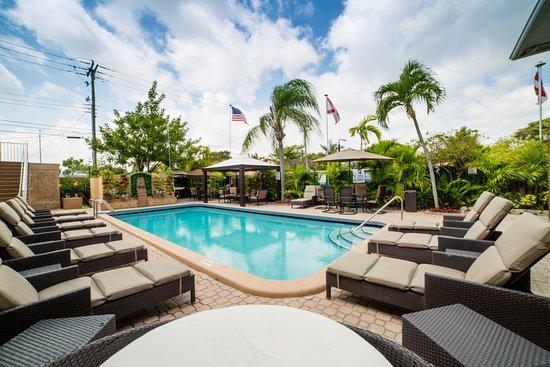 Dania Beach, Floryda: Pool area with BBQ station