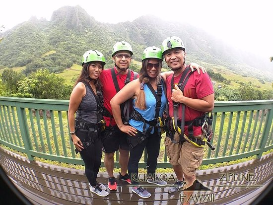 Kaneohe, Гавайи: with my childhood friend..husband..and my brother (left to right)