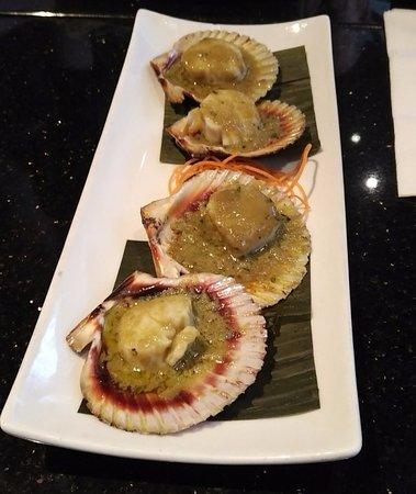 Oshawa, Canada: Scallops on the half shell