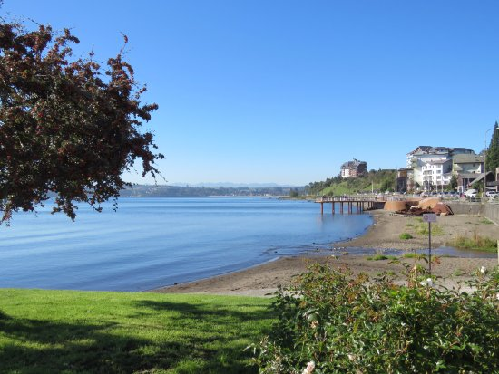 Hotel Cumbres Puerto Varas: The hotel from town centre