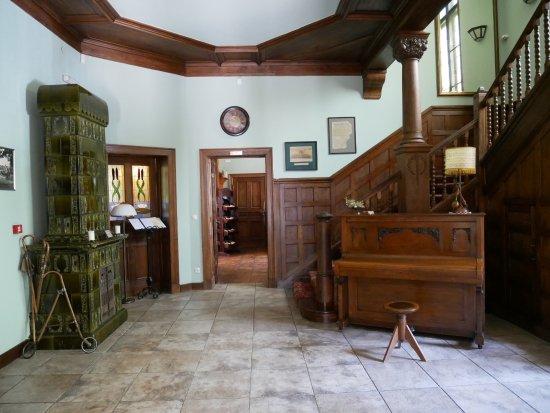 Villa Elise Park Pension: Hall z oryginalnymi starymi schodami i piecem
