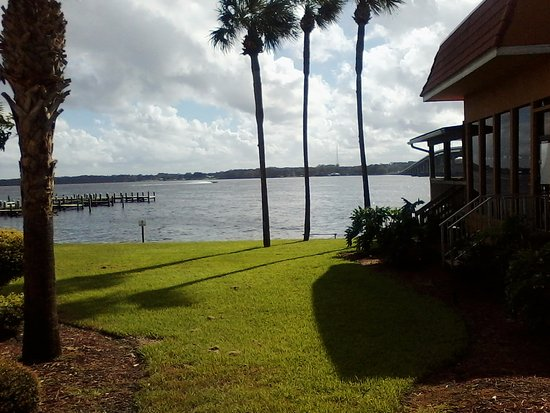 Palatka, FL: The outdoor restaurant/lounge Beef O'brady's is just to the right. It is very close to the water