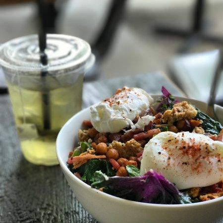 Sechelt, Canadá: Basted Cesar Salad With Poached Eggs
