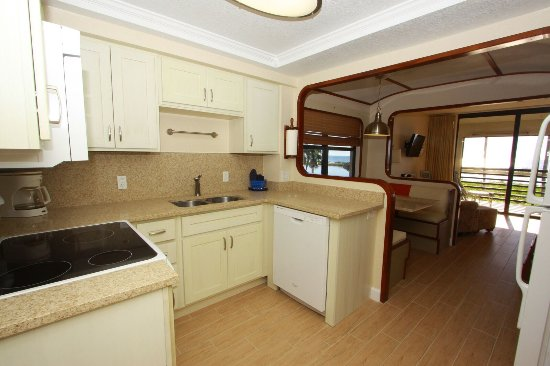 Mariner Boathouse Beach Resort : Newly updated kitchens