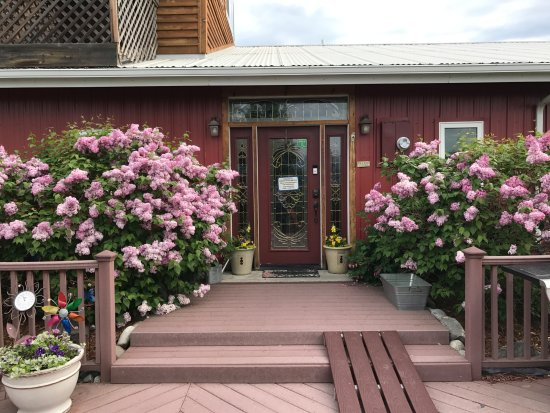 Pioneer Ridge Bed and Breakfast Inn: Front Entrance frame with the most fragrant Lilacs
