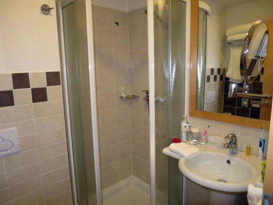 Best Western Premier Hotel Lovec: Bath room, room 402 (De Luxe Room with Lake View)