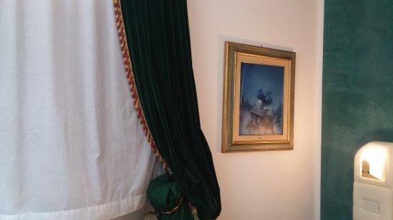 Hotel Delta Florence: decoracion de la habitacion, cortina sin lavar 30 años
