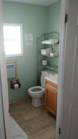 Tropical Cottages: Note that to use the toilet you must sit crooked to avoid knee injury