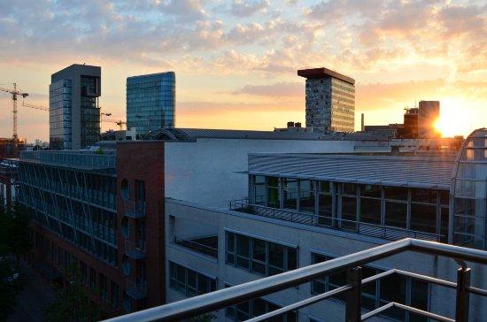 ausblick vom zimmer bild von radisson blu media harbour hotel d sseldorf d sseldorf. Black Bedroom Furniture Sets. Home Design Ideas