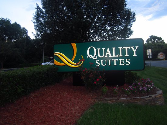 Pineville, Carolina del Norte: New exterior signage