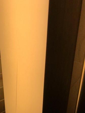 Romulus, MI: Broken Flourescent light cover